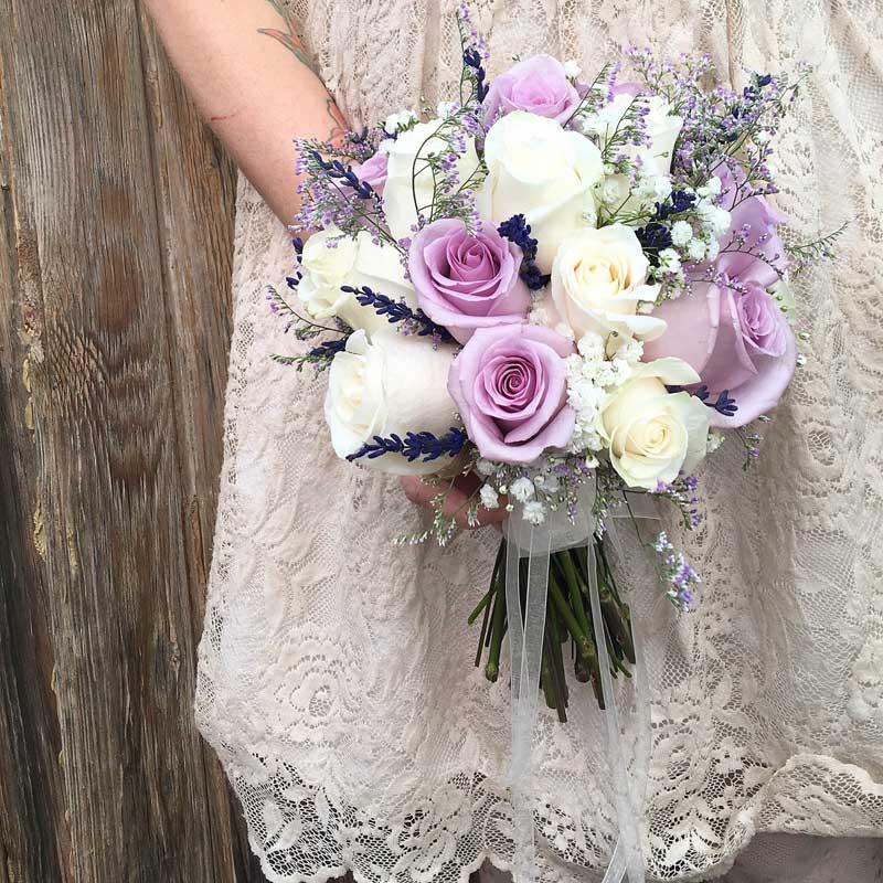 Ramo de novia con rosas lilas y blancas y lavanda preservada, venta online para toda España