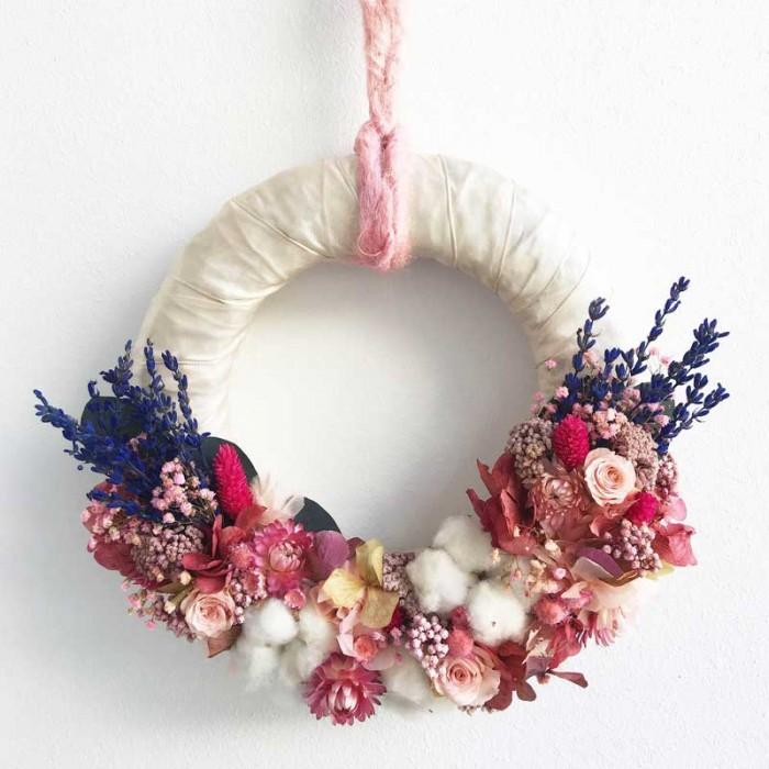 Corona realizada con hortensia, lavanda, rosas preservadas y com flor seca variada, ideal para colocar en una puerta o bien en una pared.