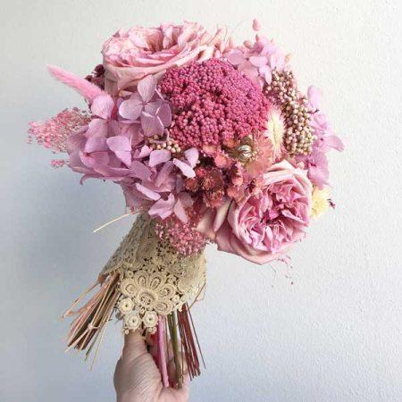 Espectacular ramo de novia eterno, realizado en tonos rosas pastel con flor seca, rosas David Austin y hortensias preservadas.