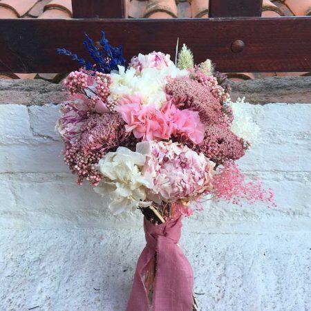 Precioso ramo de novia en tonos rosas y blancos, realizado con peonias,lavanda y hortensia liofilizadas