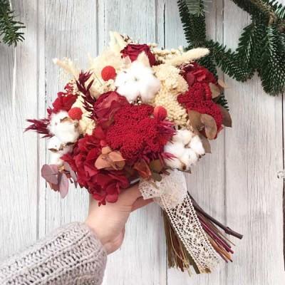 Ramo de novia en tonos rojos y blancos realizado con flor seca y preservada.