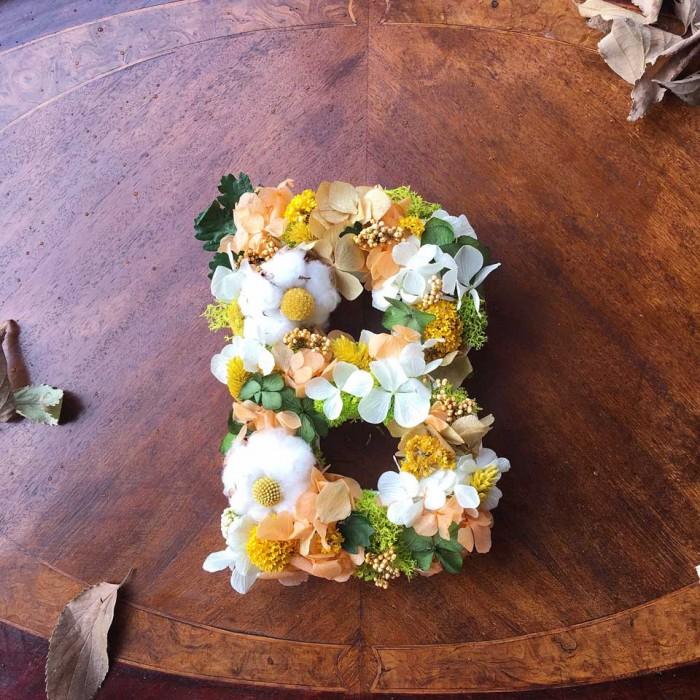 Letra realizada con flor seca preservada en tonos verdes, amarillos, blancos y ocres. Venta online para toda España.