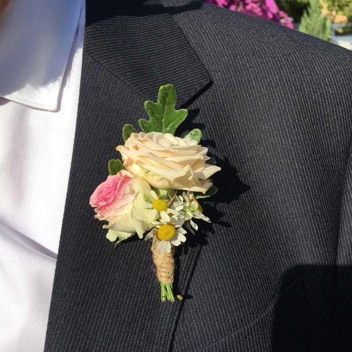 Prendido, botonería de novio diseñado armónicamente a conjunto con tu ramo de novia