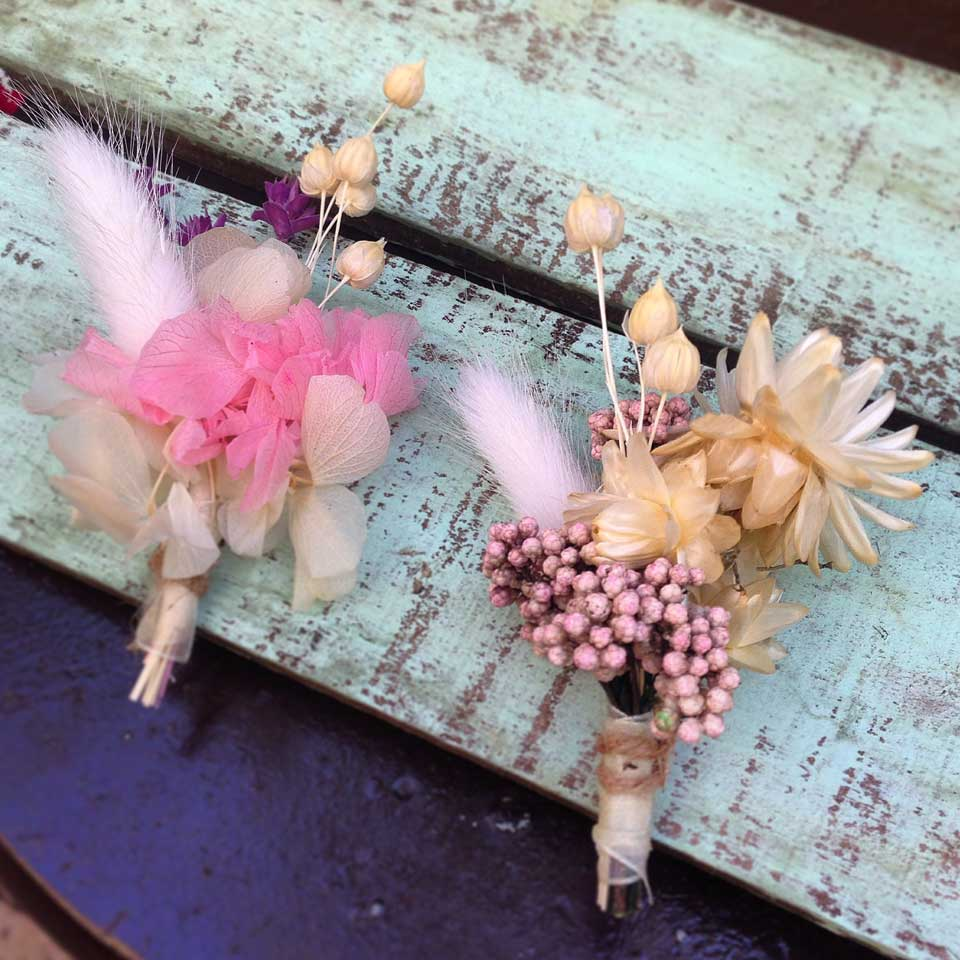 prendido de novio diseñado armónicamente a conjunto con tu ramo de novia