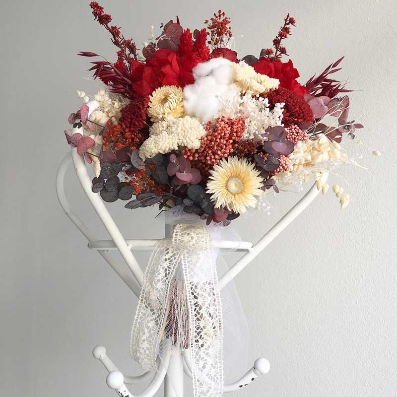 Ramo de novia preservado realizado en tonos rojos y blancos compuesto con flor seca y liofilizada.