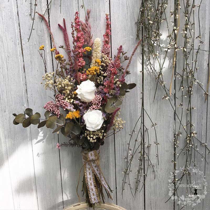 Preciosa garba realizada con flor seca y rosas liofilizadas en tonos rosas y blancos.