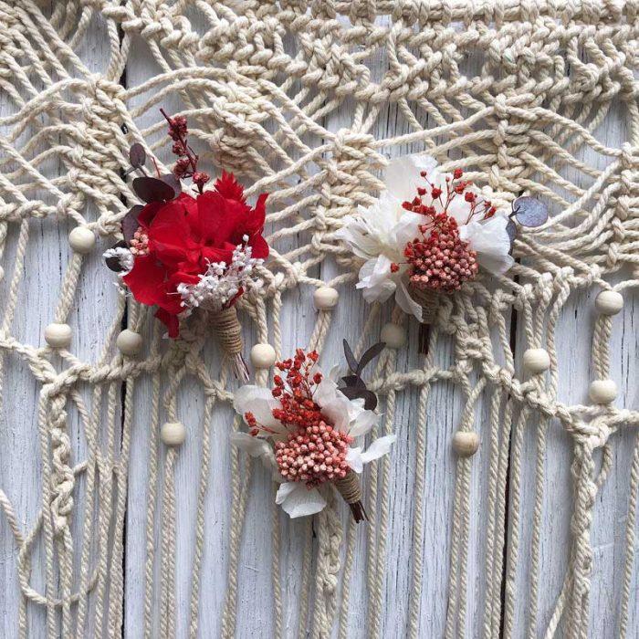 Prendidos,botonería para bodas, viste la solapa del novio y loc acompañantes a juego con tu ramo.