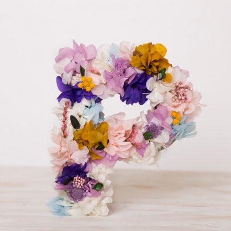 Letras decorativas con flor preservada