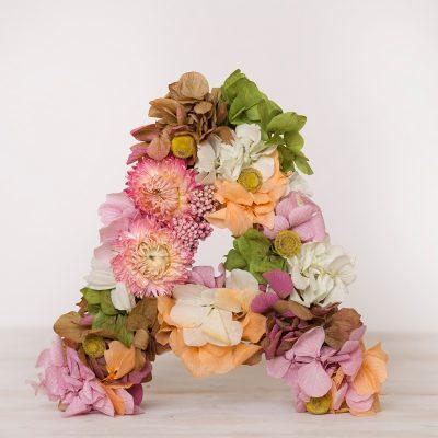 Decora tu casa con letras de flor seca, las encontrarás de venta online y en niestra tienda física, en Badalona