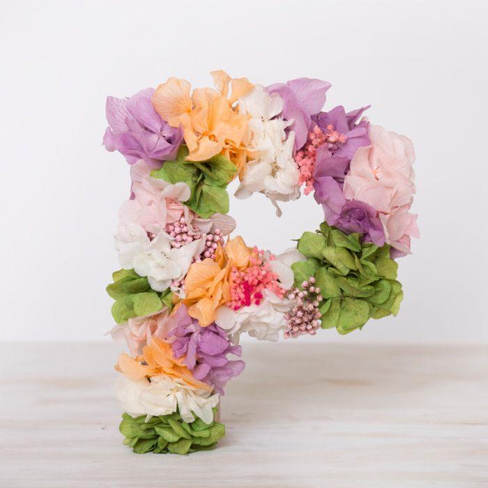 Letras decorativas con flores secas y preservadas para personalizar eventos