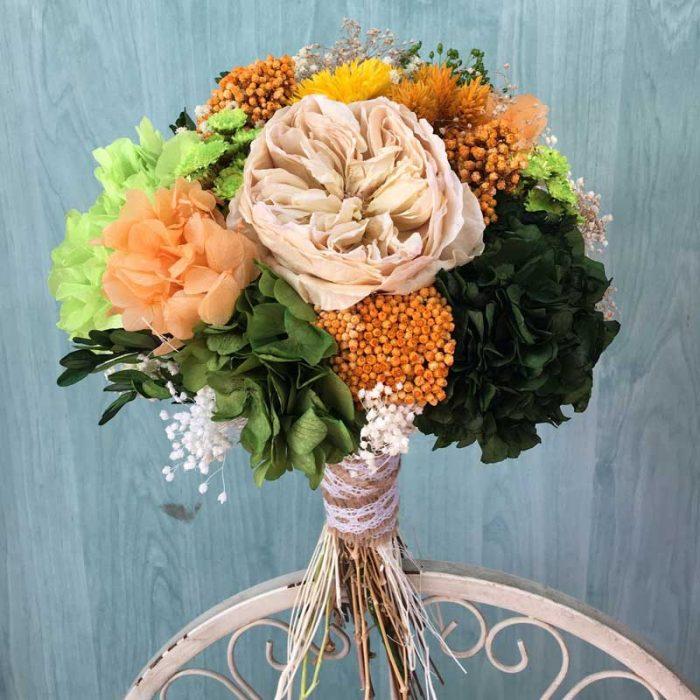 Ramo de novia preservado en tonos verdes y naranjas.