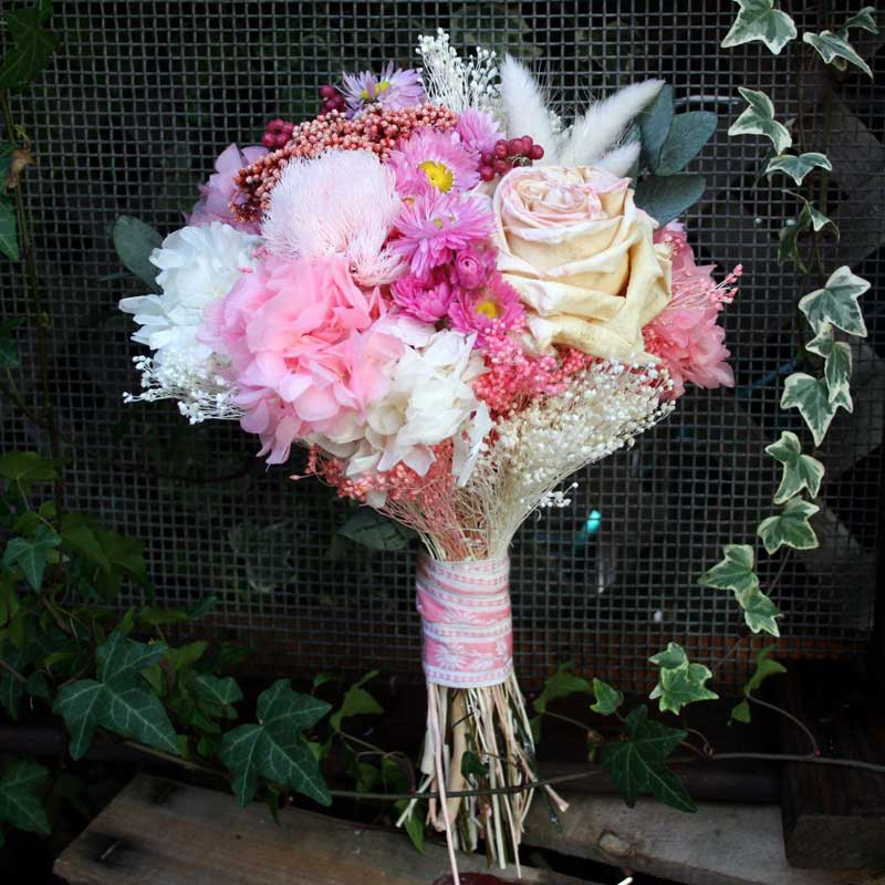 Ramo de novia preservado realizado en tonos rosas y blancos, compuesto por rosa David Austin liofilizada, hortensia, ghypsophila, flor de arroz, bloom y flor seca