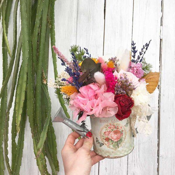 Regadera decorada con flor seca y preservada. Podemos personalizar tu modelo.