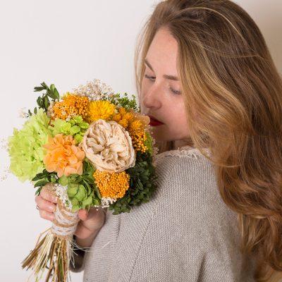 Ramo de novia con flor seca en tonos naranjas y verdes