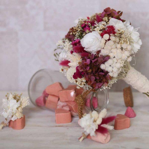 Ramo de novia en tonos blancos y granates