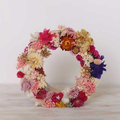 Letrsa decoradas cob flor seca y preservada