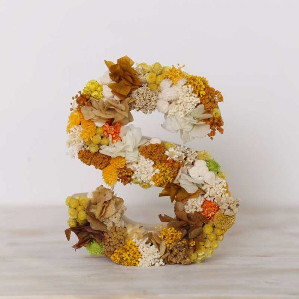 Letra decorada con flor seca y preservada en tonos ocres