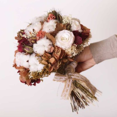 Ramo de novia con flor seca y preservada en tonos marrones y blancos