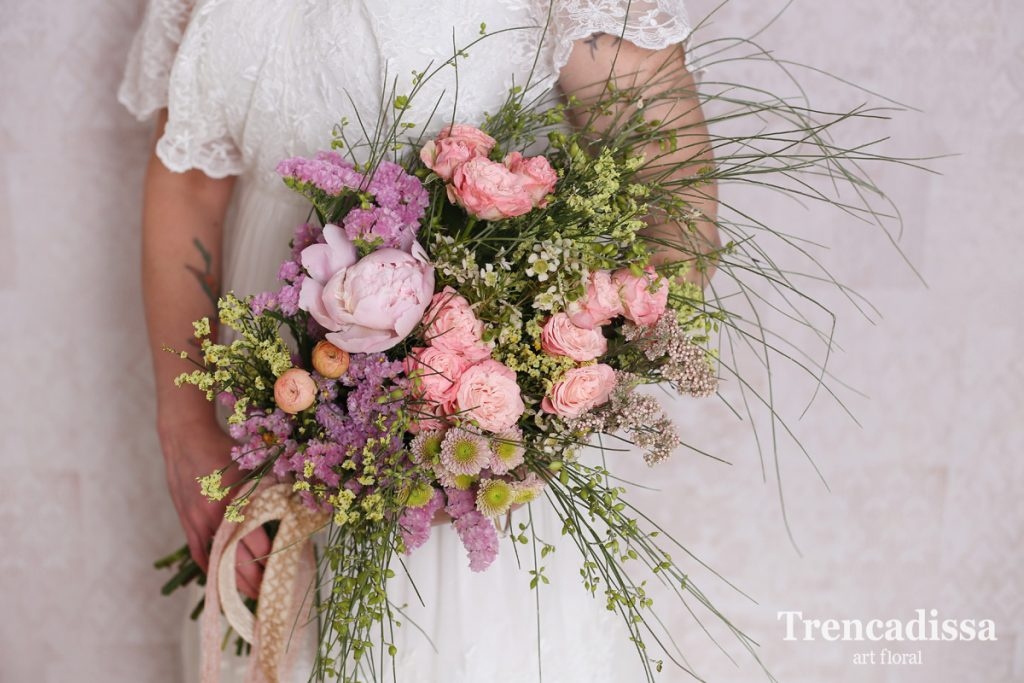 En el ramo en forma de Garba se suelen utilizar flores y follaje de tallos largos para que así estos reposen sobre el brazo de la novia.