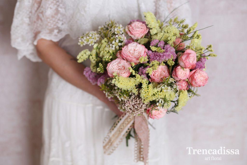 Ramo de novia con flores naturales, para una boda de estilo romántico
