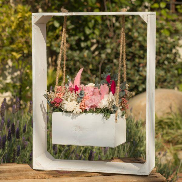 Columpio con flores secas y preservadas, para decoración, en Trencadissa art flora, floristería en Badalona