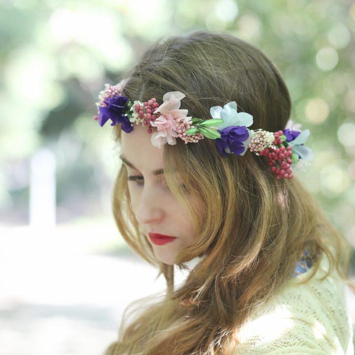 Corona con flores secas en tonos lilas, rosas y verde, venta online para España
