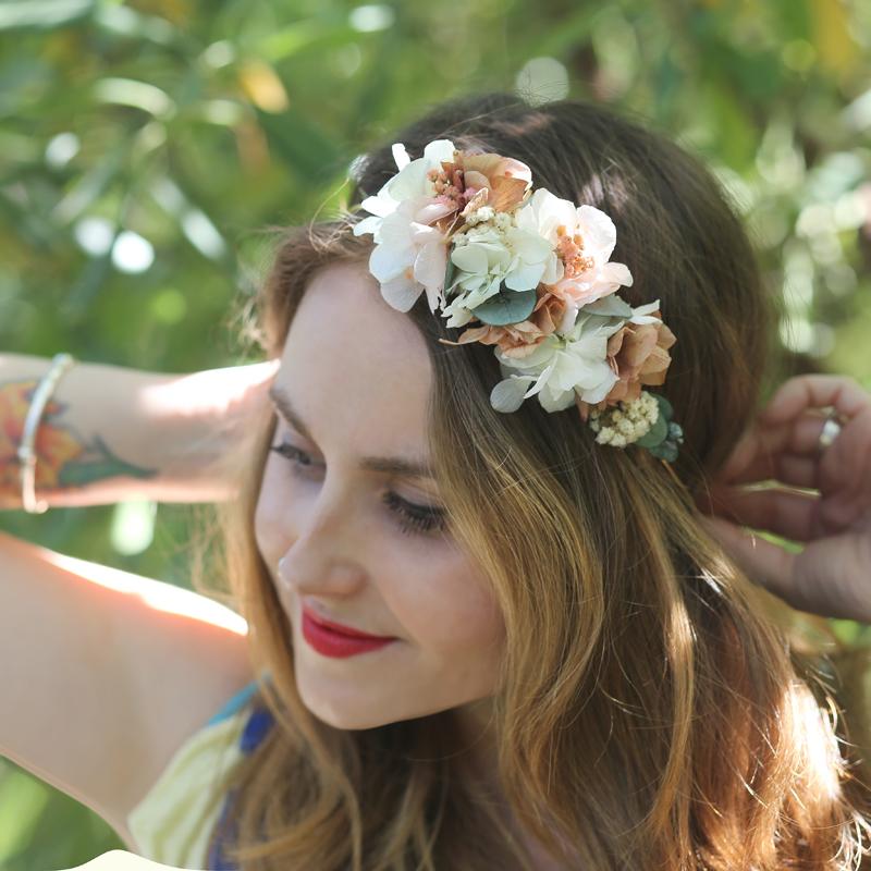 Tocado Realizado Con Flor Seca Y Preservada Nuestra Especialidad En Tonos Blancos Nude Y Verdes Trencadissa Art Floral