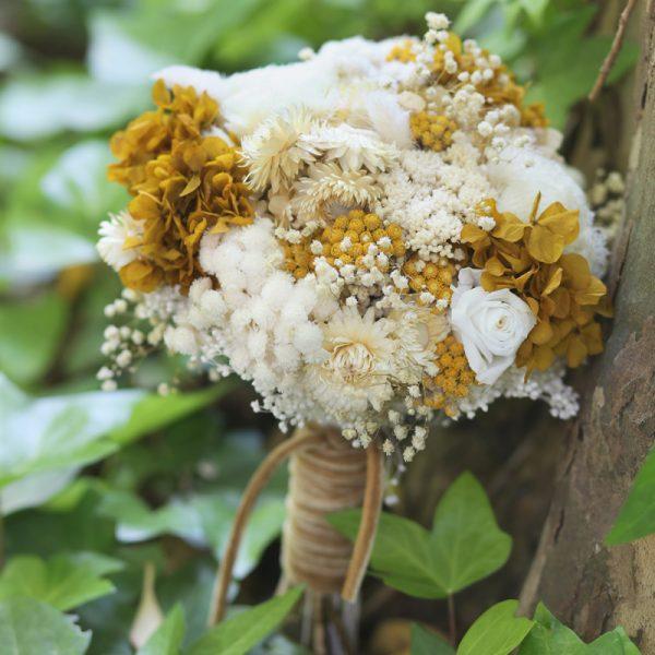 Precioso ramo de novia preservado en tonos ocres, blancos y amarillos