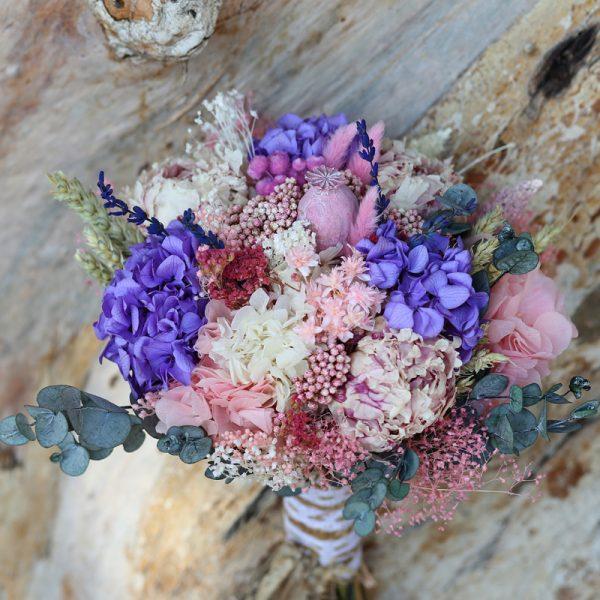 Bellisísimo ramo de novia con flore preservadas y secas en tonalidaes lilas, blancas y rosas.
