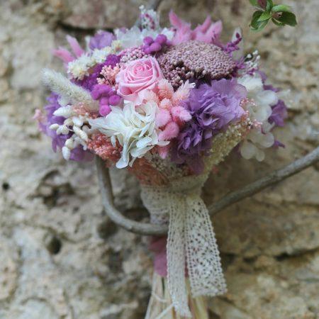Ramo de novia con flor preservada en tonos lilas y blancos