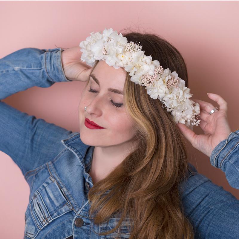 Delicadas coronas con flor seca y preservada, en Trencadissa art floral, Badalona, de venta online para toda España.