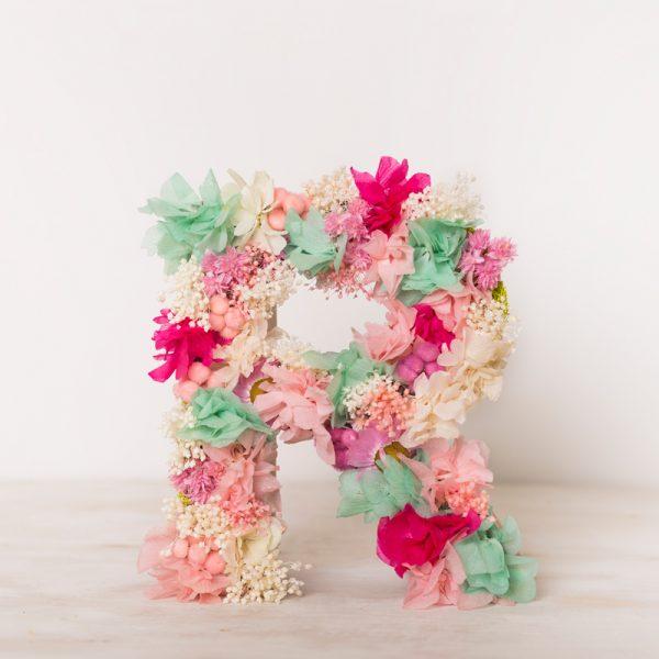 Venta online de letras con flor seca y preservada y en la floristería de Badalona