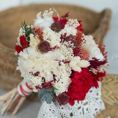 Ramo de novia en tonos blancos y rojos