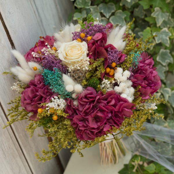 Ramo de novia con flor seca y preservada en tonos granates, verdes y beige