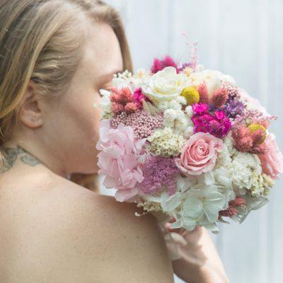 Ramo de novia con flor seca en tonos blancos y rosas