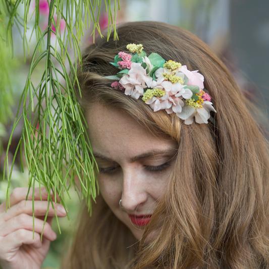 Tocado floral lateral con flores secas y preservadas en Barcelona