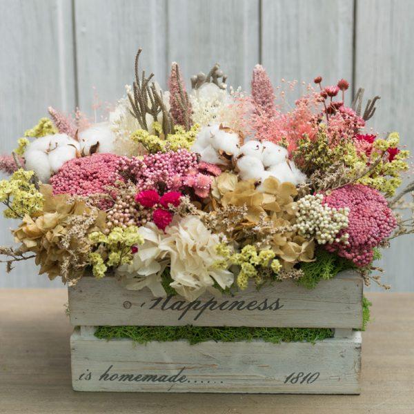 Cajas de madera de estilo vintage, decoradas con flores secas i preservadas en tonos ocres, blancos, rosas y amarillos