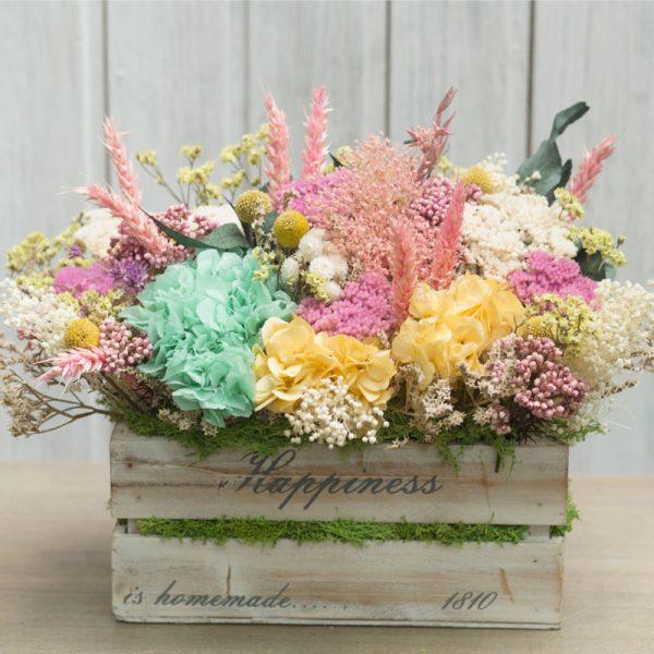 Preciosa caja de estilo vontage, decorada, de madera, con flor seca y preservada en tonos rosa, amarillos y blancos