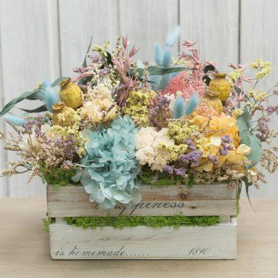 Caja de madera decorada con flor seca y preservada en tonos amarillos y turquesa