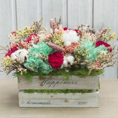 Caja de madera decorada con flor seca y preservada en tonos amarillos y rosas con toque de rojo y turquesa