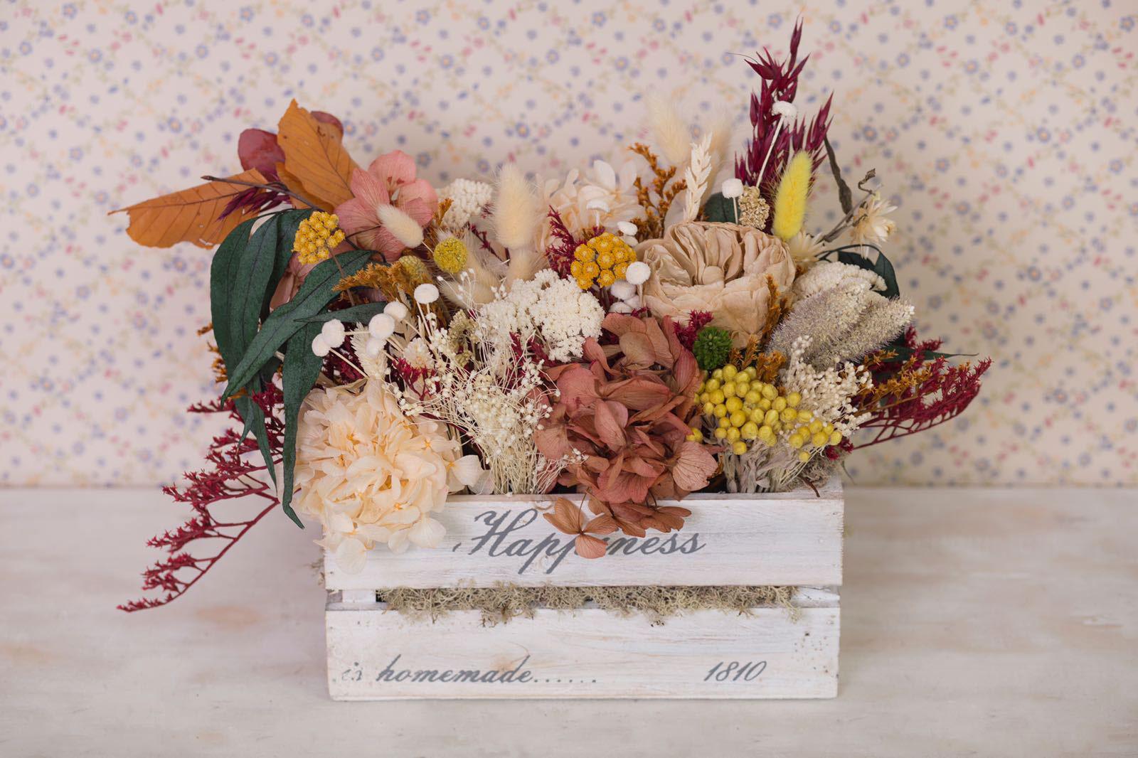 Caja de estilo vintage con flor seca y preservada, colores otoñales