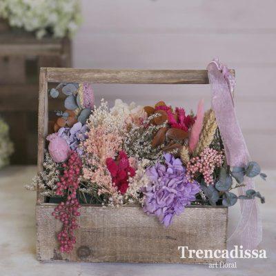 Caja de madera de estilo vintage, con flor seca y preservada, en tonos rosados, GRISES, TOQUE DE ROJO Y LILA
