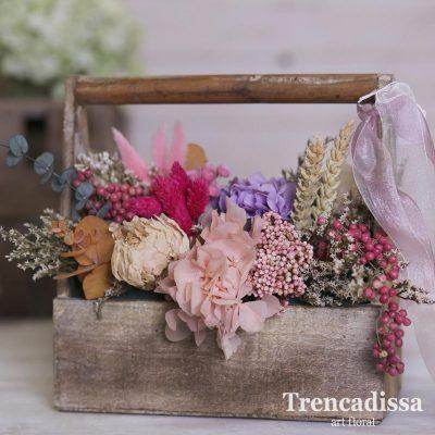 Caja de madera con flor seca y preservada en tonos rosados, venta online en Trencadissa, floristeria de Badalona, para toda España