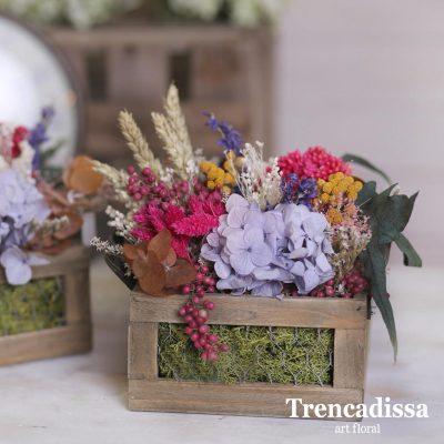 Caja de madera con flor seca y preservada, en tonos variados, con hortensia lila, rosados, amarillos i beig