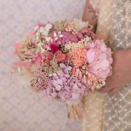 Rmo de novia con flor preservada en tonos rosados