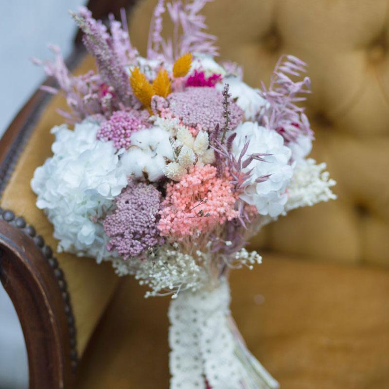 Ramo de novia con flor seca y preservada en tonos malva y balncos