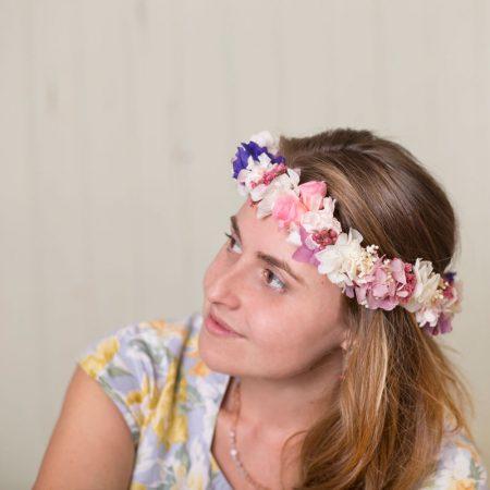 Corona con flor seca y preservada en tonos rosados