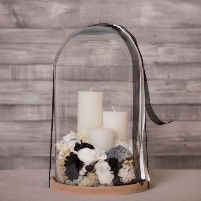 Campana de cristal con velas y flor seca y preservada