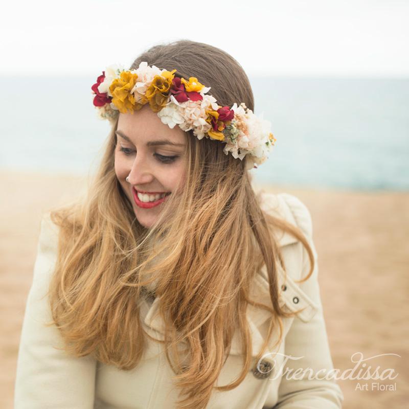 Corona floral en tonos ocres, blancos y un toque de granate