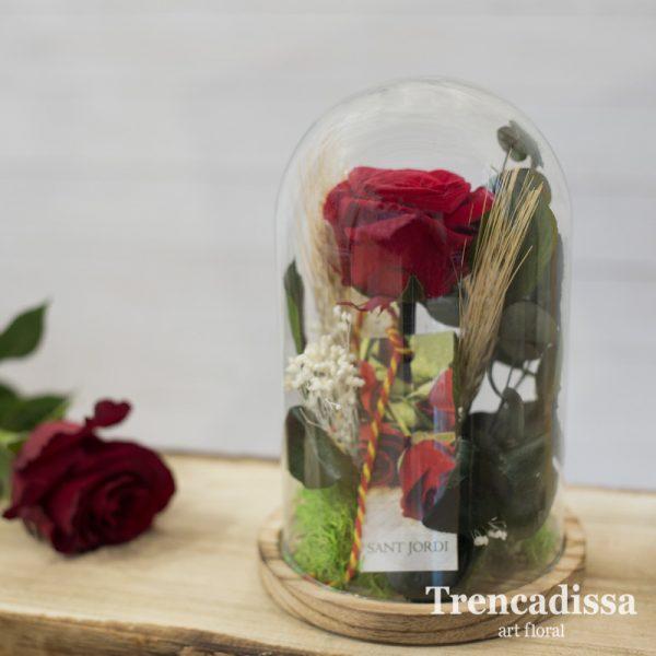 Rosa preservada de color rojo, eterna, en una pequeña campana decorativa de vidrio, composición floral especialmente diseñada para Sant Jordi.